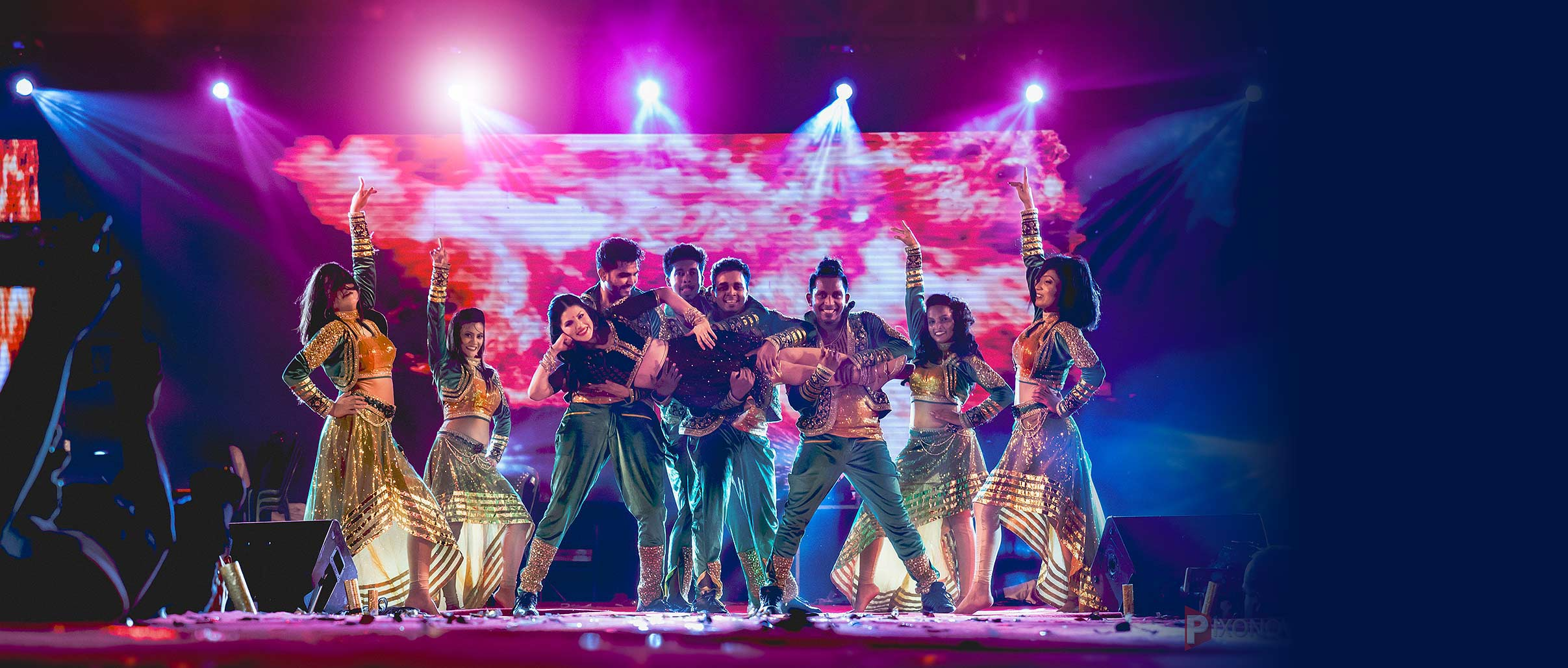 Sunny-Leone-full-stage-with-all-dancers-by-pixonova-event-photographer